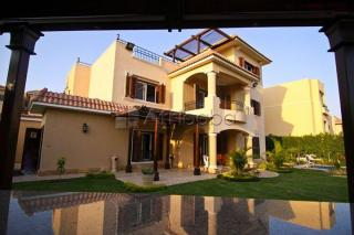 Villa with pool for rent in Sheikh zayed City